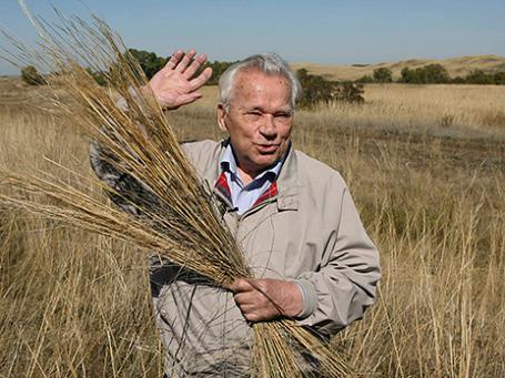 Михаил Калашников на прогулке в поле недалеко от своего родного села Курья в Алтайском крае 16 сентября 2007 года. Фото: Reuters