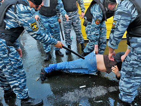 Сотрудники правоохранительных органов задерживают участников митинга «Марш миллионов» на Болотной площади. Фото: РИА Новости