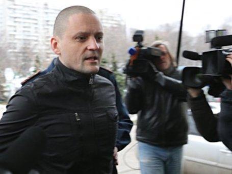 Сергей Удальцов перед началом слушания у здания Мосгорсуда. Фото: ИТАР-ТАСС