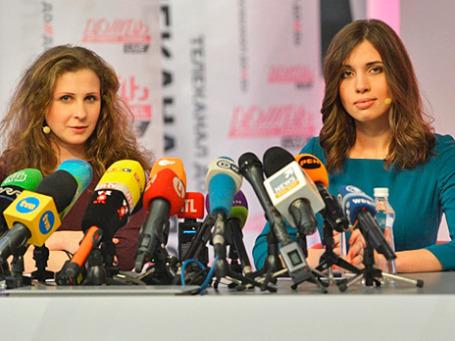 Участницы панк-группы Pussy Riot Мария Алехина (слева) и Надежда Толоконникова, освобожденные из заключения по амнистии, на пресс-конференции в студии телеканала «Дождь». Фото: РИА Новости