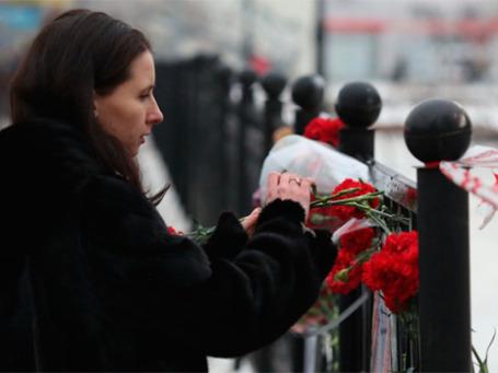 Женщина возлагает цветы в память о погибших в результате взрыва на железнодорожном вокзале в Волгограде. Фото: РИА Новости
