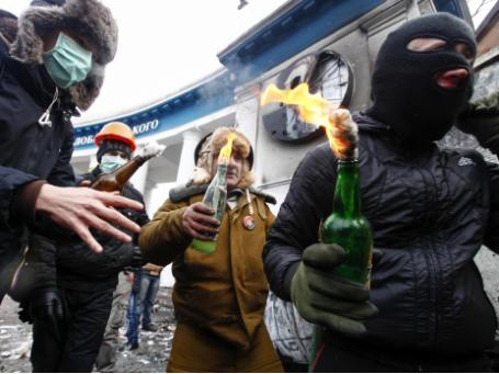 Сторонники евроинтеграции несут коктейли Молотова во время столкновений с милицией в Киеве. Фото: Reuters