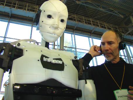Робот-андроид InMoove выполняет команды своего создателя. Фото: Виталий Акимов.