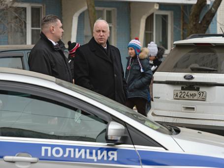 Глава СК РФ Александр Бастрыкин (справа на первом плане) возле московской школы № 263, куда проник вооруженный старшеклассник. Фото: РИА Новости