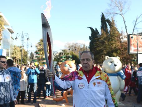 Глава МИД РФ Сергей Лавров в роли факелоносца в Сочи. Фото: РИА Новости