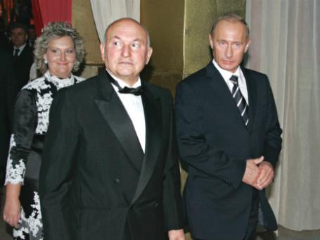 Юрий Лужков (слева) с Еленой Батуриной и президентом РФ Владимиром Путиным (справа) на торжественном вечере в честь 70-летия Лужкова. Фото: РИА Новости