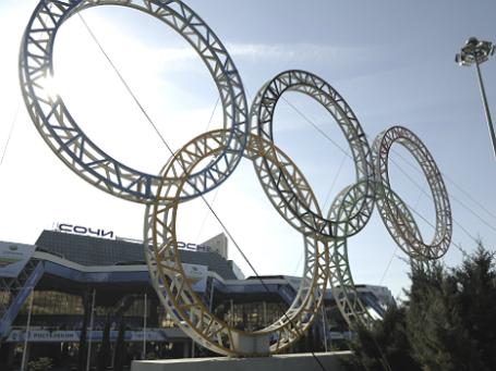 Олимпийские кольца возле Международного аэропорта Сочи. Фото: РИА Новости