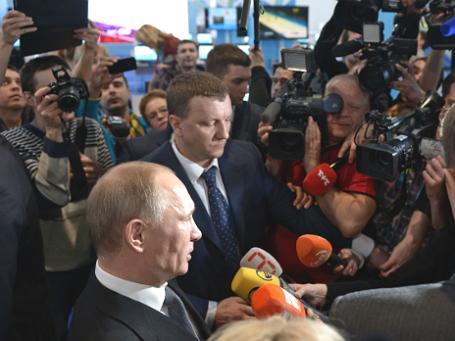 Президент РФ Владимир Путин дает интервью российским и зарубежным журналистам в Медиацентре Сочи. Фото: РИА Новости