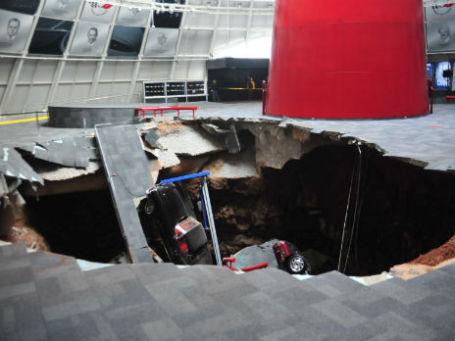 Провал в музее National Corvette Museum. Штат Кентукки, США. Фото: Reuters