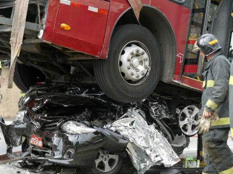 Авария с автобусом 12 февраля 2014 года. Сан-Паулу, Бразилия. Фото: Reuters