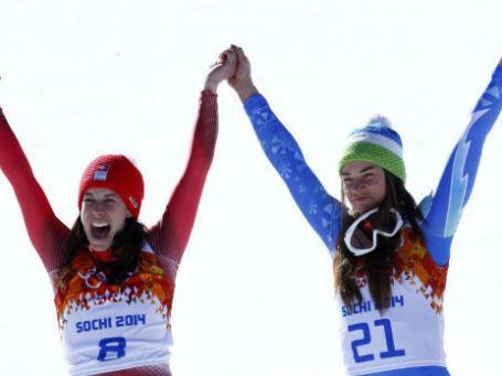 Горнолыжницы Доминик Гизин (Швейцария, слева) и Тина Мазе (Словения, справа) после победы в скоростном спуске в Сочи. Фото: Reuters