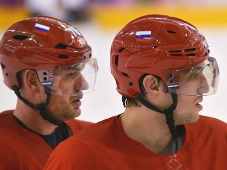 Андрей Марков и Александр Овечкин (слева направо) во время тренировки сборной России по хоккею в Сочи. Фото:  РИА Новости