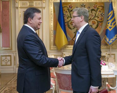 Фото: Reuters. Президент Украины Виктор Янукович во время встречи с Еврокомиссаром по вопросам расширения и европейской политики соседства Штефаном Фюле в Киеве