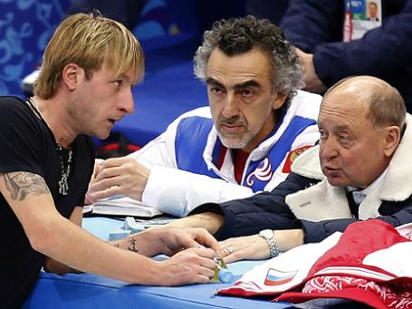 Евгений Плющенко с хореографом Дэвидом Авдишем и тренером Алексеем Мишиным во время тренировки. Фото: Reuters