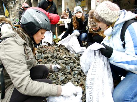 Участницы антиправительственных выступлений на баррикадах в Киеве. Фото: Reuters