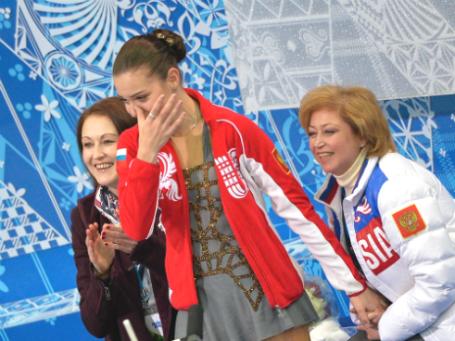 Аделина Сотникова (в центре). Слева - хореограф Ирина Тагаева, справа - тренер Елена Буянова. Фото: РИА Новости