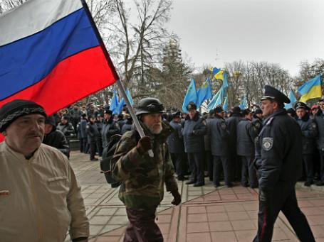Участники митинга у здания Верховного совета Крыма в Симферополе. Фото: РИА Новости.