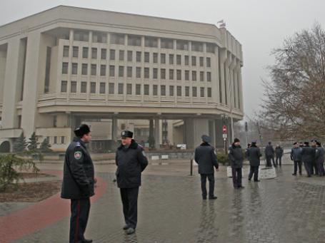 Сотрудники милиции у здания Совета министров Автономной Республики Крым. Фото:: РИА Новости.