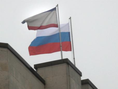 Российский флаг над зданием Совета министров Автономной Республики Крым. Фото: РИА Новости