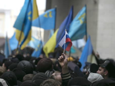 Митинг в Симферополе у здания парламента Крыма 26 февраля 2014 года. Фото: Reuters