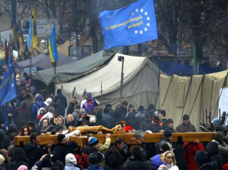 Собравшиеся поминают погибших на площади Независимости в Киеве. Фото: Reuters