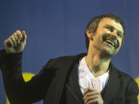 Солист группы «Океан Эльзи» Святослав Вакарчук выступает на концерте на площади Независимости в Киеве. Фото: РИА Новости