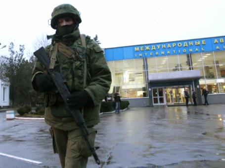 Вооруженные люди патрулируют аэропорт в Симферополе. Фото: Reuters