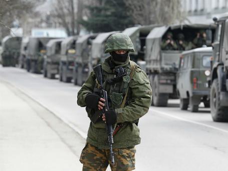 Колонна вооруженных войск на украинской границе в Балаклаве. Фото: Reuters.