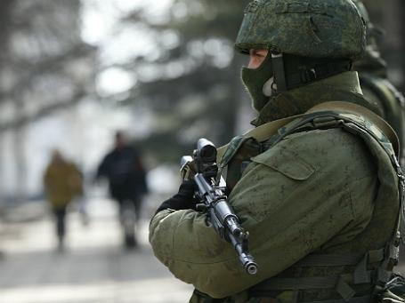 Вооруженный человек возле регионального здания крымского парламента в Симферополе. Фото: Reuters.