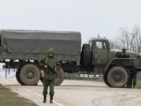 Вооруженные люди охраняют дорогу, ведущую в крымский аэропорт. Фото: Reuters