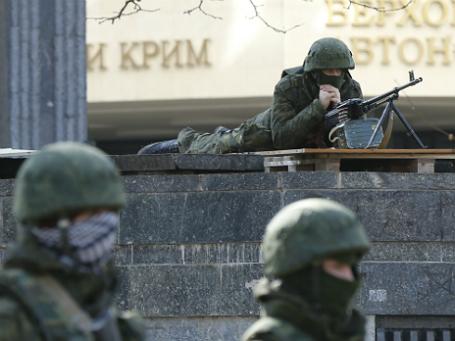 Вооруженные люди охраняют региональное здание крымского парламента в Симферополе. Фото: Reuters.