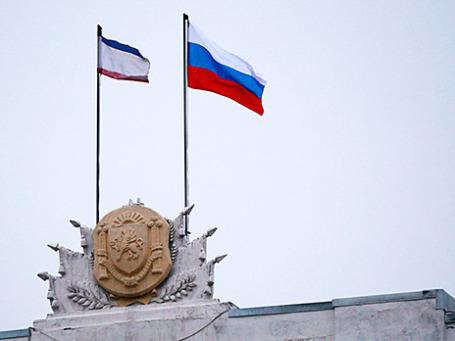 Российский и крымский флаги над зданием правительства, Симферополь, Крым. Фото: Reuters