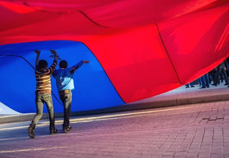 Участники митинга на центральной площади в Евпатории. Фото: РИА Новости