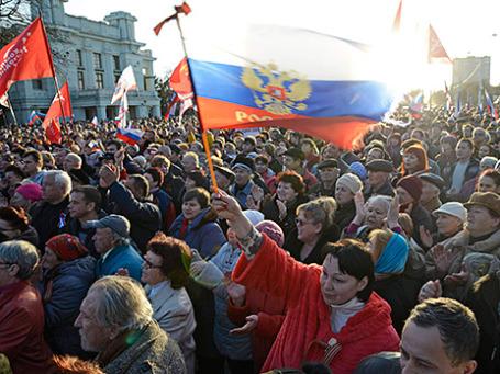 Пророссийские демонстранты в Евпатории. Фото: Reuters