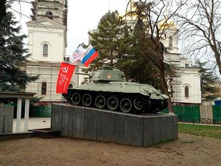 На танке у Верховного совета АРК установили российский и советский флаги. Фото: Никита Баталов/BFM