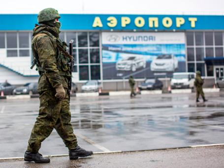 Вооруженный человек у здания аэропорта Симферополя. Фото: РИА Новости