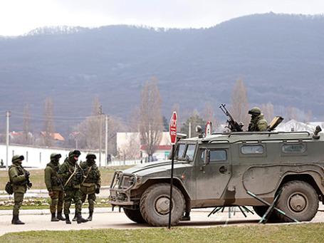 Военные, предположительно российские солдаты, недалеко от военной базы в Перевальном. Фото: Reuters