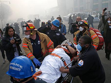 Спасатели недалеко от места взрыва жилого дома в Нью-Йорке. Фото: Reuters