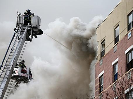 Пожарные работают на месте взрыва жилого дома в Нью-Йорке. Фото: Reuters