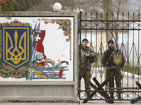 Украинские военные за воротами воинской части в селе Перевальное вблизи Симферополя. Фото: Reuters