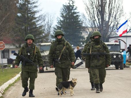 Вооруженные люди рядом с военной базой в селе Перевальное, Автономной Республике Крым. Фото: Reuters