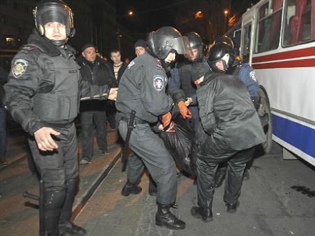 Сотрудники правоохранительных органов уносят раненого участника митинга в Донецке 13 марта 2014 года. Фото: Reuters.