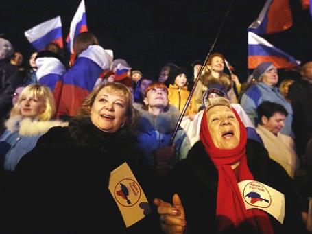 Жители Симферополя в ожидании предварительных результатов референдума о статусе Крыма 16 марта 2014 года. Фото: Reuters.