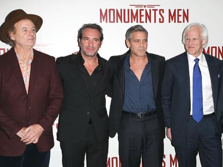 Актеры Билл Мюррей и Жан Дюжарден, режиссер Джордж Клуни и сценарист Роберт Морзе Эдсел (слева направо) на премьере фильма
