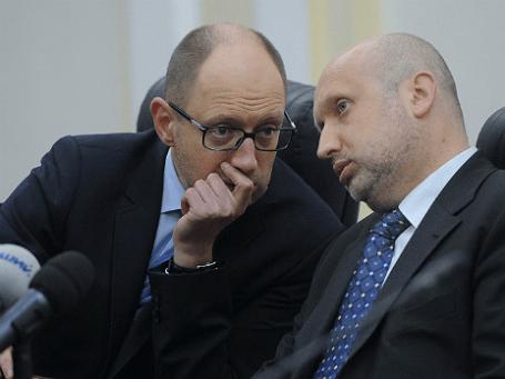Украинский премьер Арсений Яценюк (слева) и исполняющий обязанности президента страны Александр Турчинов  (справа). Фото: Reuters
