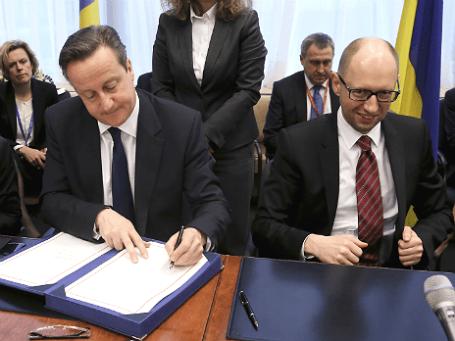 Премьер-министр Великобритании Дэвид Кэмерон (слева) и премьер-министр Украины Арсений Яценюк (справа) на встрече в Брюсселе 21 марта 2014 года. Фото: Reuters.