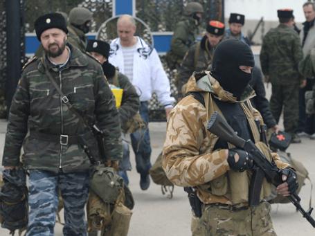 Украинские военнослужащие покидают штаб Военно-морских сил Украины. Фото: РИА Новости.