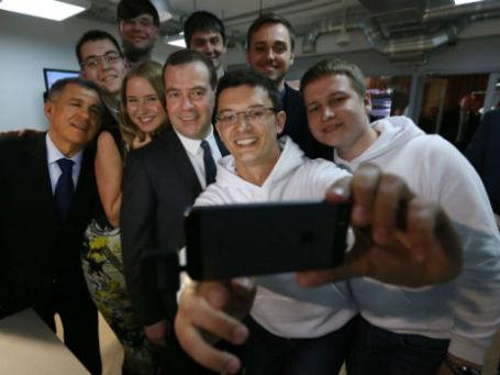 Дмитрий Медведев делает «селфи» со студентами в Казани. Фото: РИА Новости