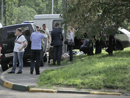 Криминалисты работают на месте убийства бывшего генерала Вооруженных сил Грузии Романа Думбадзе. 21 мая 2012 года. Фото: РИА Новости.