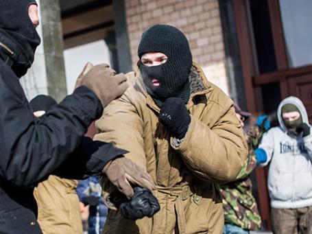 Тренировка по рукопашному бою бойцов оппозиции из националистической организации «Правый сектор» в палаточном лагере на площади Независимости в Киеве. Фото: РИА Новости